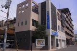 校舎の外観です。緑中学校のあるブロックの南西の角で、花博通り沿いにあります。