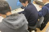 個別ブースです。先生が真ん中に座る1:2形式です。