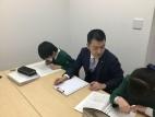 3F個別教室です。生徒2人対講師1人で、分かるまで出来るまで丁寧に指導します。