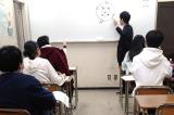 クラス指導用の教室は受講生と講師の距離が近いコンパクトな設計。