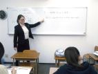 クラス指導は少人数制で、ライバルと競いながら重要単元の徹底理解と定着を図ります。