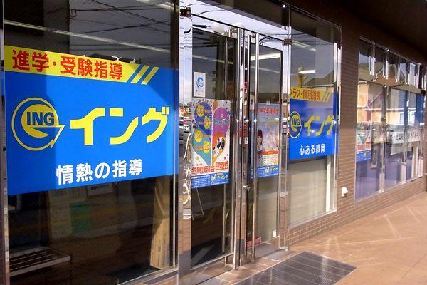 JR日根野駅 東口ロータリーの駅舎に向かって右手に見えるチョコレート色の建物です。