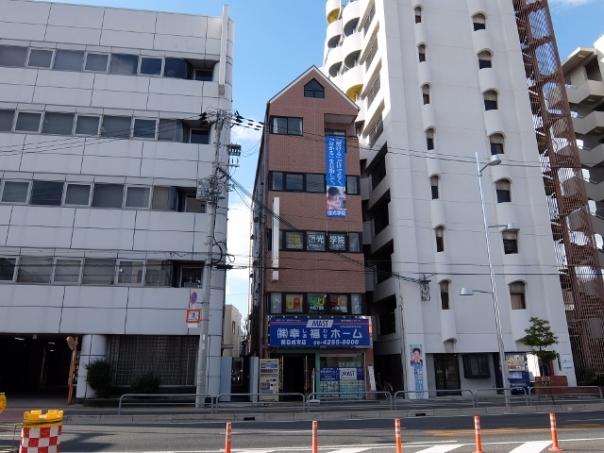 1号線、京阪関目駅の向かいにある、三角屋根の建物3階です。