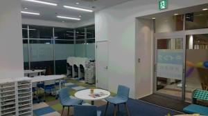 新校舎は白を基調としており、フロアによって床のデザインも異なります。是非、新校舎へお越し下さい。