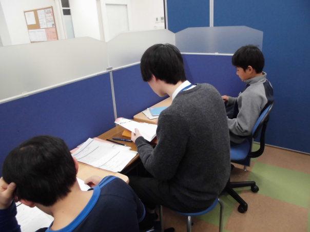 個別ブースでは二人の生徒に一人の講師がついて、わかるまで、できるまで丁寧に指導します。